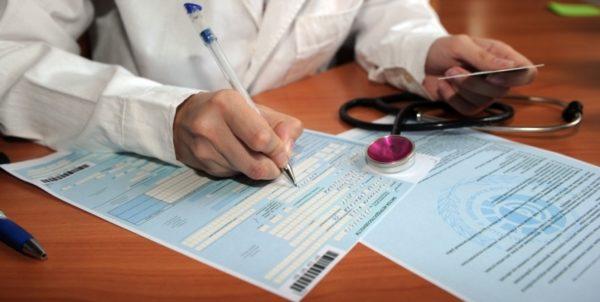 Если при ОРВИ наблюдается насморк, сильный кашель, покраснение горла, но нет повышения температуры тела, доктор обязан выдать больничный