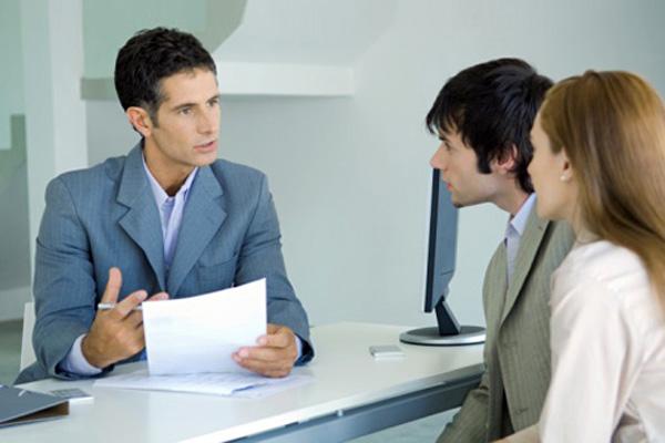 Чтобы не допустить мошенничества в свой адрес, сделку целесообразно проводить при участии опытного юриста или риэлтора