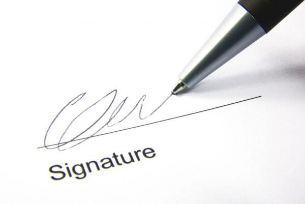 При условии, что он дает свое согласие, договор должен быть завизирован его личной подписью