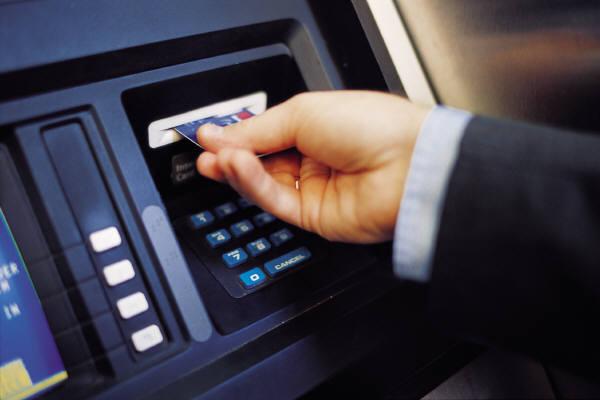 Чтобы снять наличность с дебетовой карты, достаточно найти банкомат