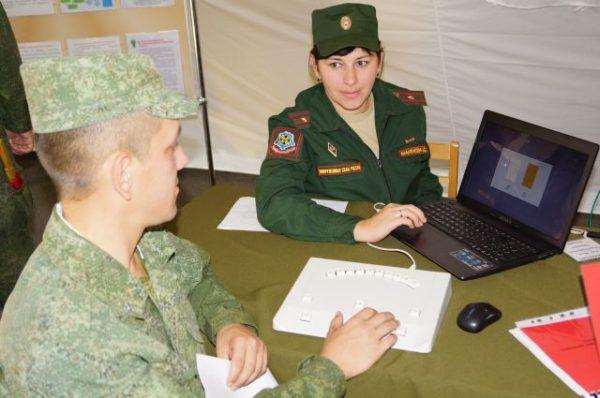 Женщины военнослужащие получают деньги по месту прохождения службы