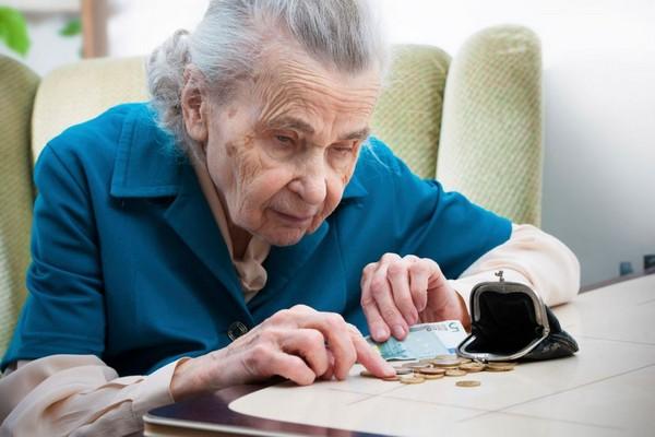 Как выплачивается пенсия: месяц в месяц или месяцем позже?
