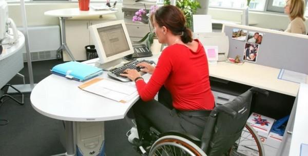 Если инвалид – основатель организации или он официально работает, от выплат он не освобождается