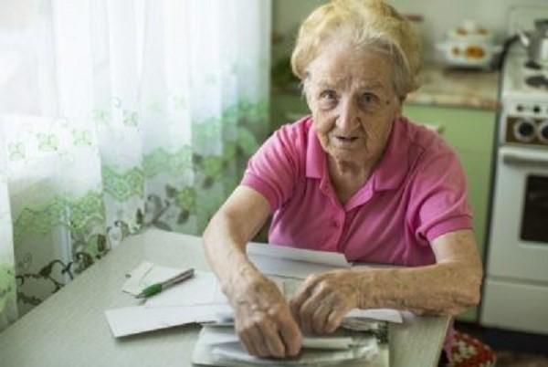 Пенсия помогает людям, не имеющим иных источников существования, как-то сводить концы с концами