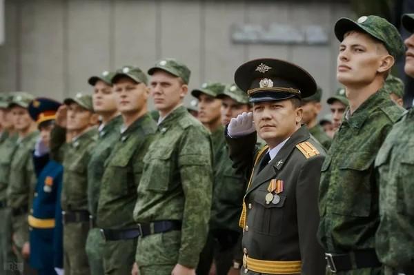 Когда гражданин проходит службу в армии, это учитывается как страховой стаж; при этом важно, когда именно он проходил службу – до 1.01.2007 или после