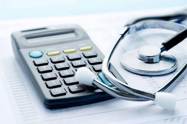 При расчете выплат учитывается продолжительность периода нетрудоспособности, вида лечения