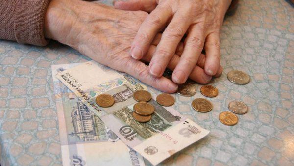 13 пенсия полагается только пенсионерам, достигшим 70 лет и не имеющим постоянного места работы