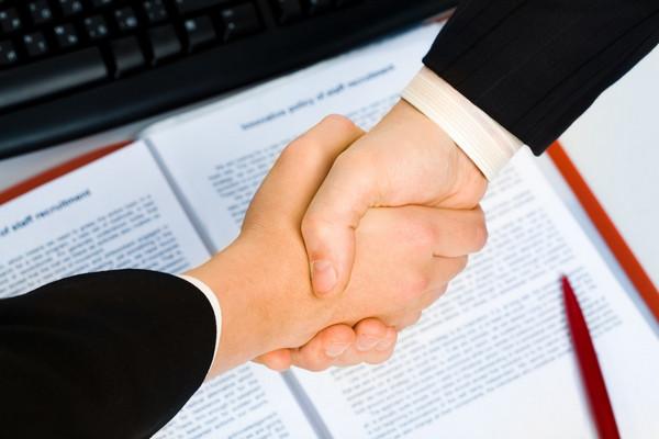 Если сотрудник был устроен по срочному контракту, необязательно, что ему предложат другую вакансию позже