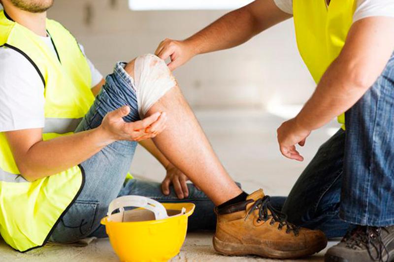 Работник имеет право на дополнительные выплаты при получении травмы или заболевания на производстве
