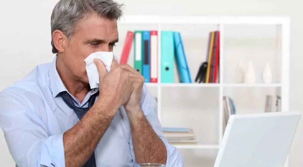 Если сотрудник временно не выполнял обязанности и заболел в этот период, больничное пособие ему выплачиваться не будет
