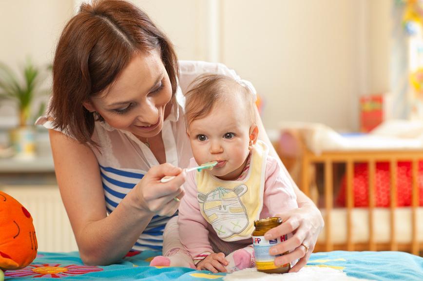 Если весь предшествующий год сотрудница пробыла в отпуске по уходу за ребенком, расчет должен производится с опорой на предыдущий год