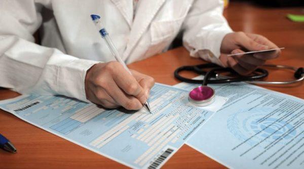 Форма больничного листа имеет разделы, информацию в которые вписывают врач и работодатель
