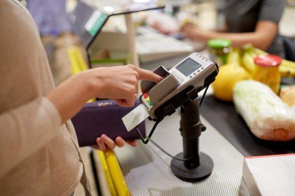 Карту можно использовать при покупках напрямую, оплачивая ей товары на кассе