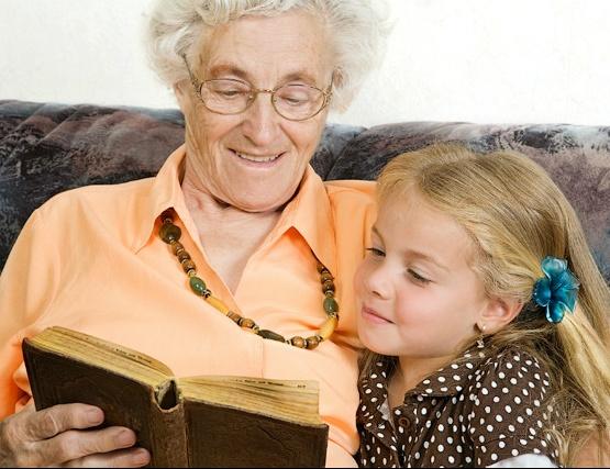 Многие пожилые женщины отдают предпочтение работе няней