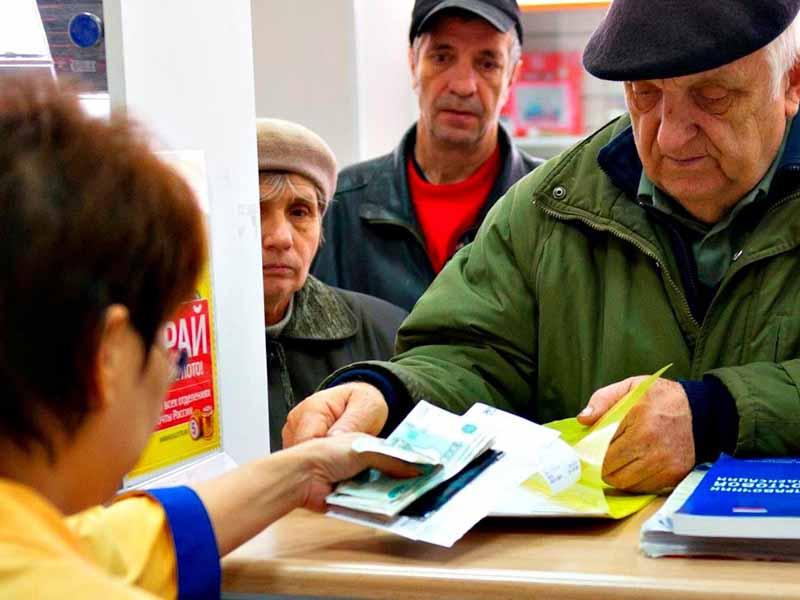 Перед тем, как начать перевод социальных выплат, работники ПФР должны убедится в том, что доходы пенсионера действительно меньше ПМ