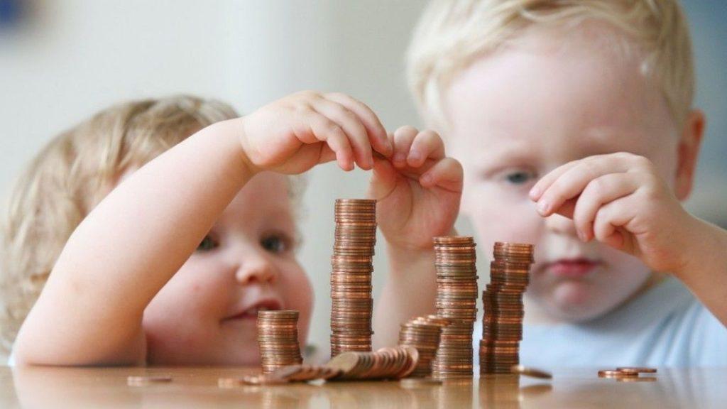 Получение пособий на двух детей актуально для семей, в которых доходы находятся ниже рамок минимальной оплаты труда