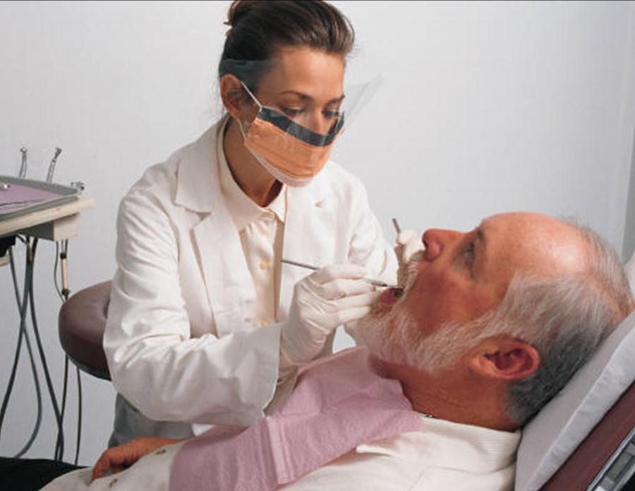 После осмотра врач делает вывод о том, требуются ли пациенту протезы