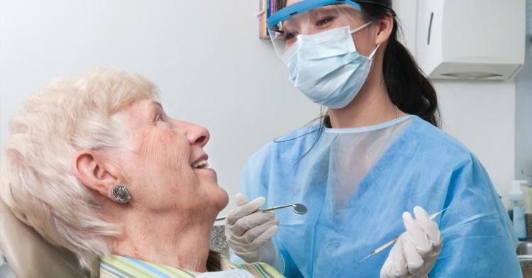 Где в мосве бесплатное протезирование зубов для вонных пенсионеров
