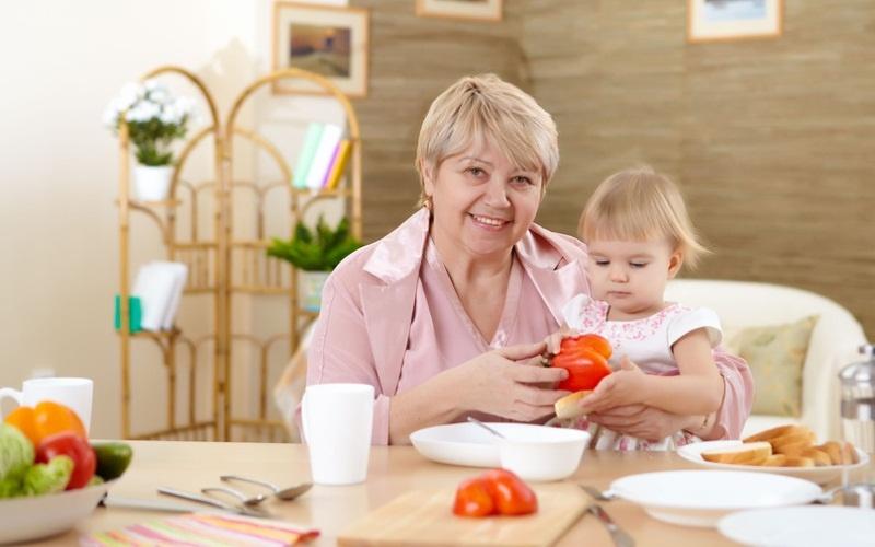 Работа с детьми - один из лучших вариантов заработка для пенсионерок