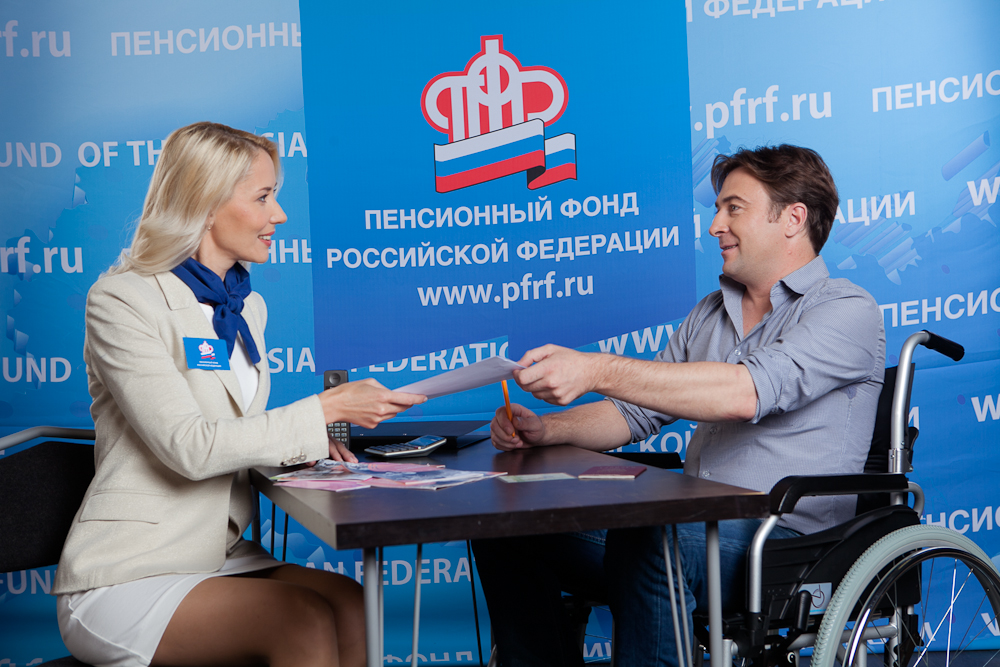 Инвалиду необязательно собственноручно подписывать все бумаги и общаться с работником ПФР