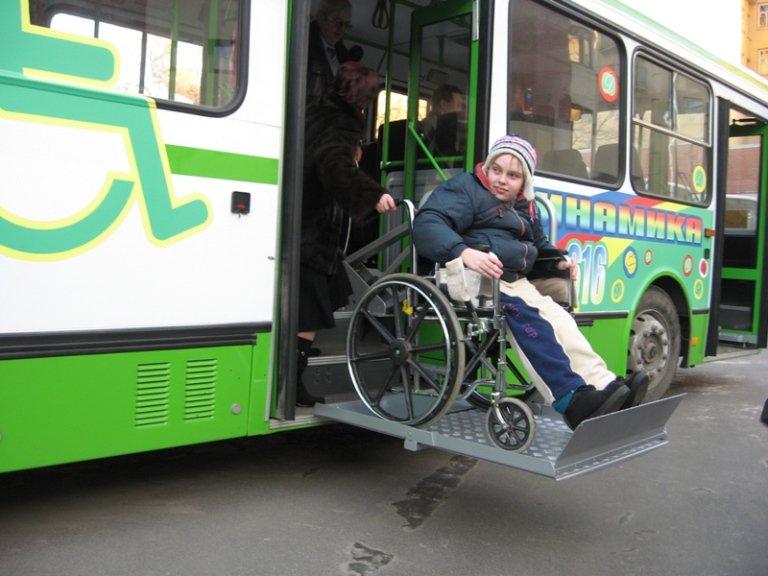 У инвалидов второй группы могут возникать трудности с передвижением в общественном транспорте