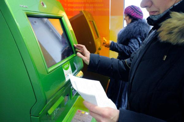 За снятие пенсионных средств в банкомате до 50 тыс. рублей никакой комиссии не взимается