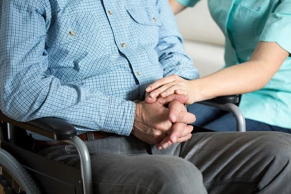 Граждане, получающие пенсию по инвалидности, находящиеся на иждивении, имеют право получать выплаты по потере кормильца, отказавшись от пенсии по инвалидности, если она их больше устраивает по сумме