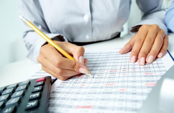 Бухгалтер по правилам бухучета оформляет счета