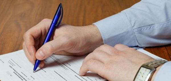 Справка должна быть подписана директором, бухгалтером