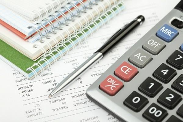 Страховую пенсию рассчитывают с учетом количества пенсионных баллов, их стоимости, а также фиксированной выплаты