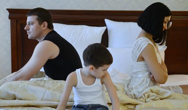 При разводе приемных родителей суд может решить отменить усыновление ребенка