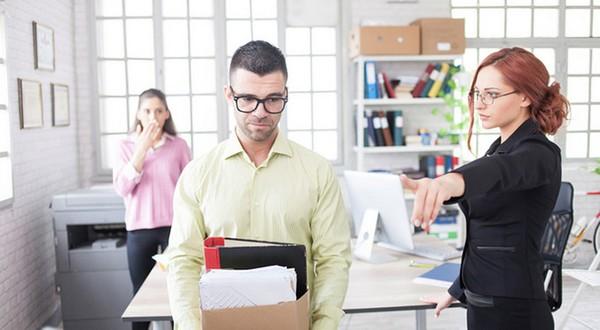 Чтобы получить пособие по сокращению за второй месяц, сотрудник не должен устраиваться на новую работу