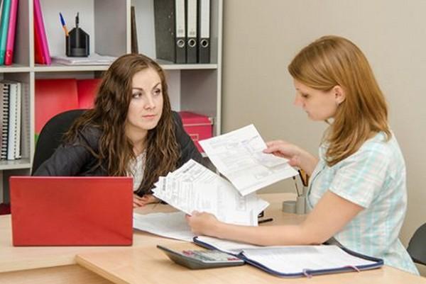 Беременная девушка может обратиться с заявлением к работодателю, в деканат вуза, по месту службы или др.