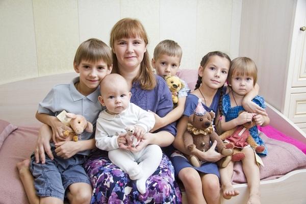 Также помощь государства предоставляется малоимущим семьям