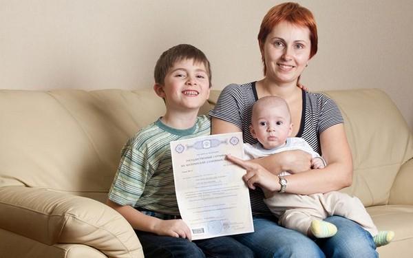 Материнский капитал можно оформить при рождении (усыновлении) второго или последующего ребенка