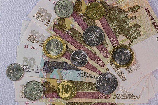 При расчете выплат учитывается количество пенсионных баллов, сумма надбавки и др.
