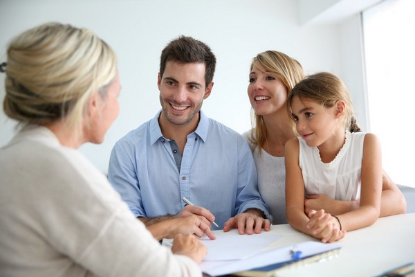При устройстве ребенка в семью новоиспеченным родителям, опекунам положена единовременная выплата