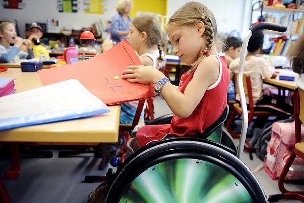 Чтобы получить деньги на адаптацию ребенка-инвалида, нужно предоставить документы в отделение ПФР или МФЦ