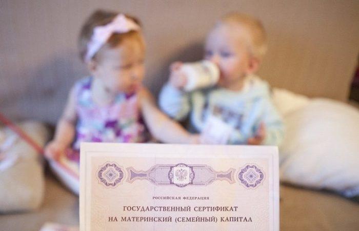 Для распределения долей учитываются все дети, проживающие в семье на момент подачи заявления