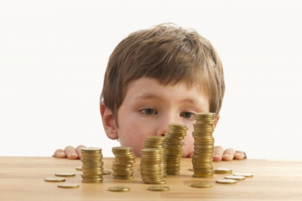 Если родители не могут договориться между собой о сумме выплат, это дело решается через суд