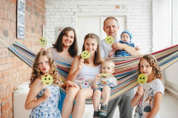 Многодетным в России называется домохозяйство, в котором воспитываются минимум трое детей