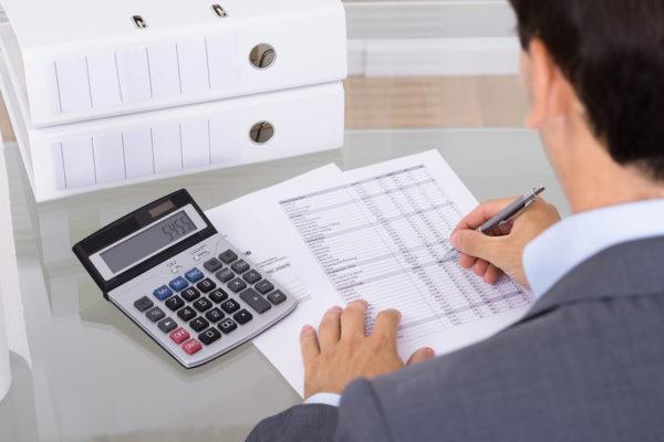 Может ли муж получить налоговый вычет за жену, если она не работает