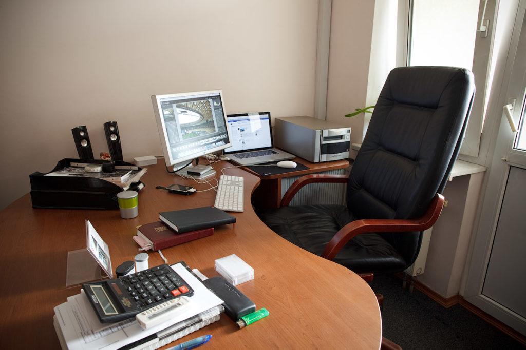 На момент отсутствия сотрудника его рабочее место не может быть занято другим человеком
