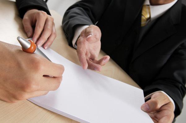 Обоснование для увольнения должно быть указано в письменном уведомлении, которое вручается под личную роспись каждому кандидату