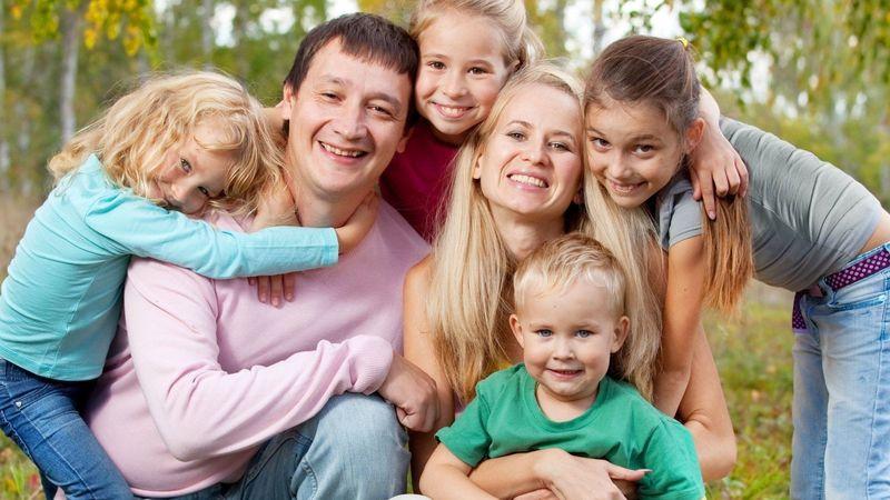 Под многодетными понимаются семьи с тремя детьми и более