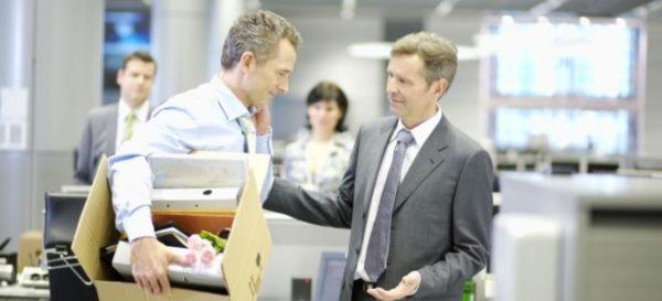 При согласии увольняющегося он самостоятельно вносит недостающую сумму в кассу предприятия или перечисляет на расчетный счет компании