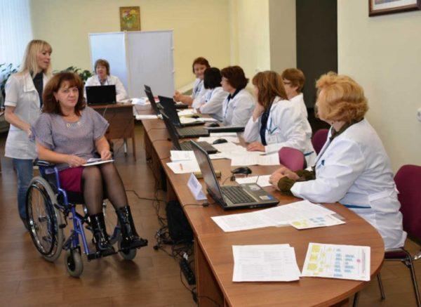 Присвоение группы инвалидности осуществляют врачи и медицинские работники в территориальном бюро медико-социальной экспертизы