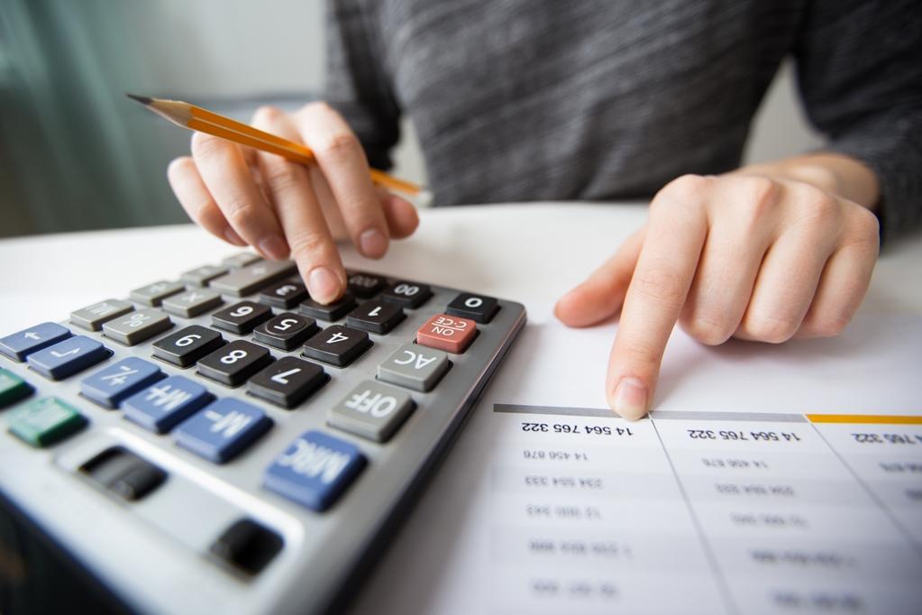 Расчетом пособия по ранней постановке на учет занимается бухгалтерия организации, в которой работает женщина