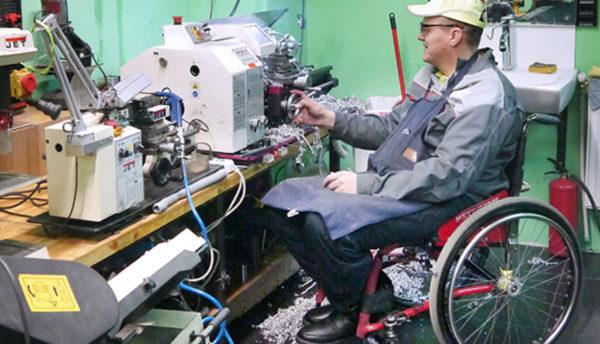 Сам факт работы инвалида не отменяет право гражданина на получение пособия