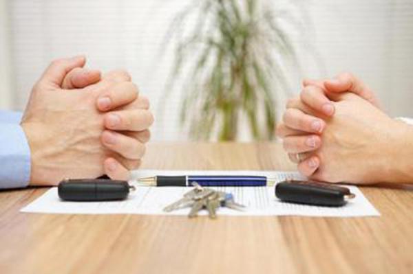 Согласно российскому законодательству покупка доли недвижимого имущества у лиц, связанных родственными связями, не запрещена
